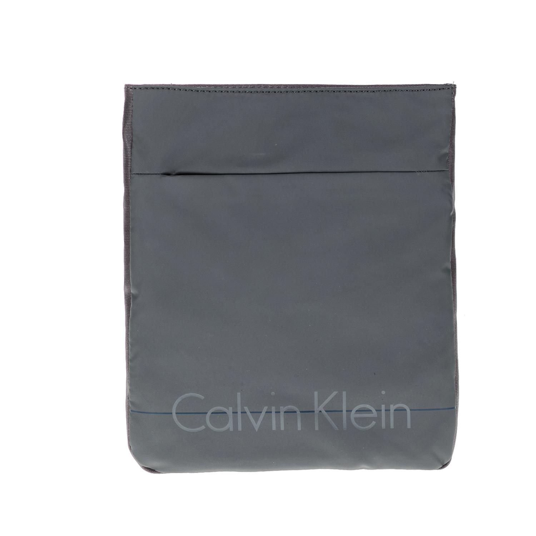 CALVIN KLEIN JEANS – Ανδρική τσάντα LOGAN FLAT CROSSOVER γκρι